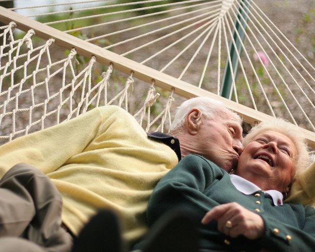 Чому деякі люди виглядають молодшими за свої роки - фото 387273