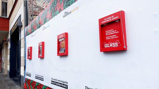 В разі корупції розбийте скло: The Guardian помістила безкоштовні газети в пожежні ящики - фото 387374