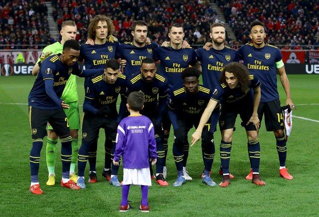 Хлопчик випадково потрапив на командне фото Арсеналу - фото 387385