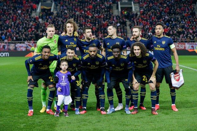 Хлопчик випадково потрапив на командне фото Арсеналу - фото 387386