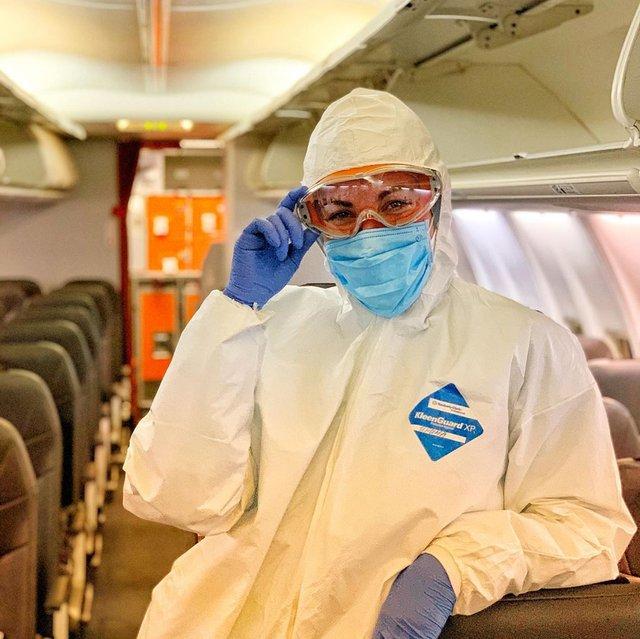Місія здійсненна: стюардеса із літака, яким евакуювали українців з Китаю, вразила мережу - фото 387423
