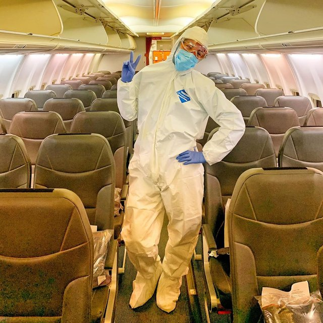 Місія здійсненна: стюардеса із літака, яким евакуювали українців з Китаю, вразила мережу - фото 387424