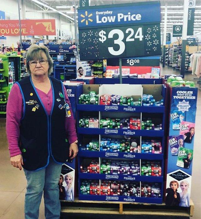 Співробітниця Walmart показала, як фотографуватися з товаром, аби його купили - фото 387573