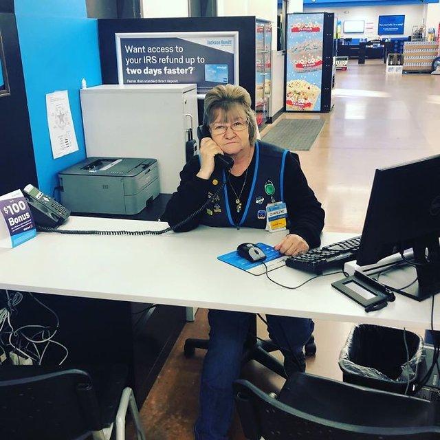 Співробітниця Walmart показала, як фотографуватися з товаром, аби його купили - фото 387575