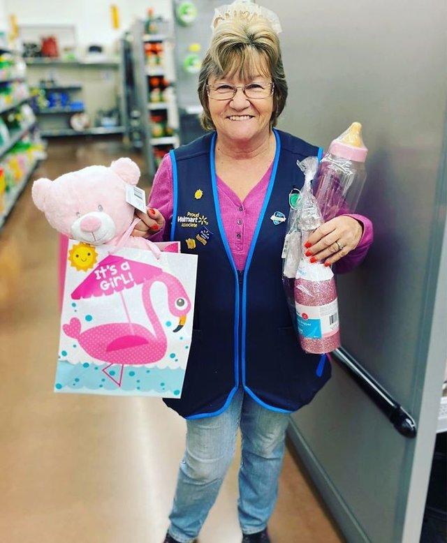 Співробітниця Walmart показала, як фотографуватися з товаром, аби його купили - фото 387576