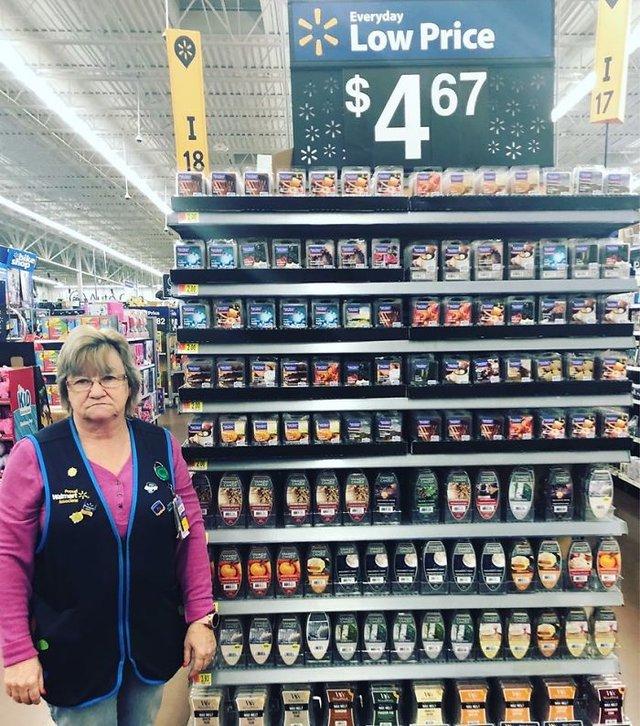 Співробітниця Walmart показала, як фотографуватися з товаром, аби його купили - фото 387577