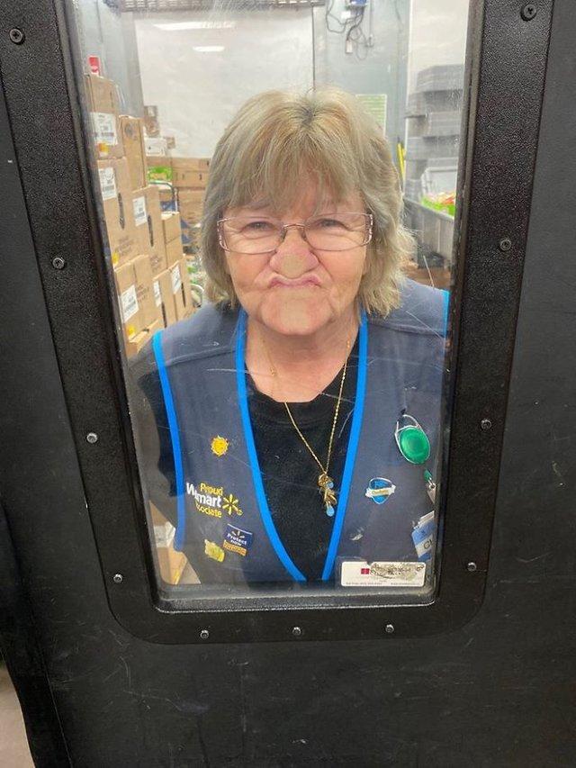 Співробітниця Walmart показала, як фотографуватися з товаром, аби його купили - фото 387578