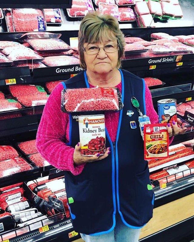 Співробітниця Walmart показала, як фотографуватися з товаром, аби його купили - фото 387581