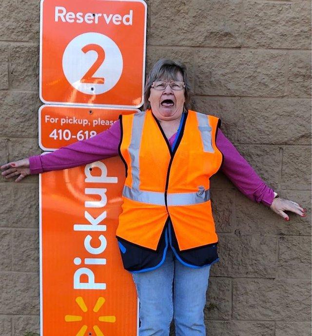 Співробітниця Walmart показала, як фотографуватися з товаром, аби його купили - фото 387582