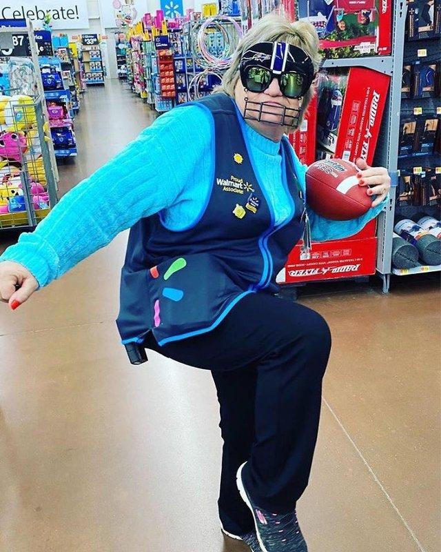 Співробітниця Walmart показала, як фотографуватися з товаром, аби його купили - фото 387583