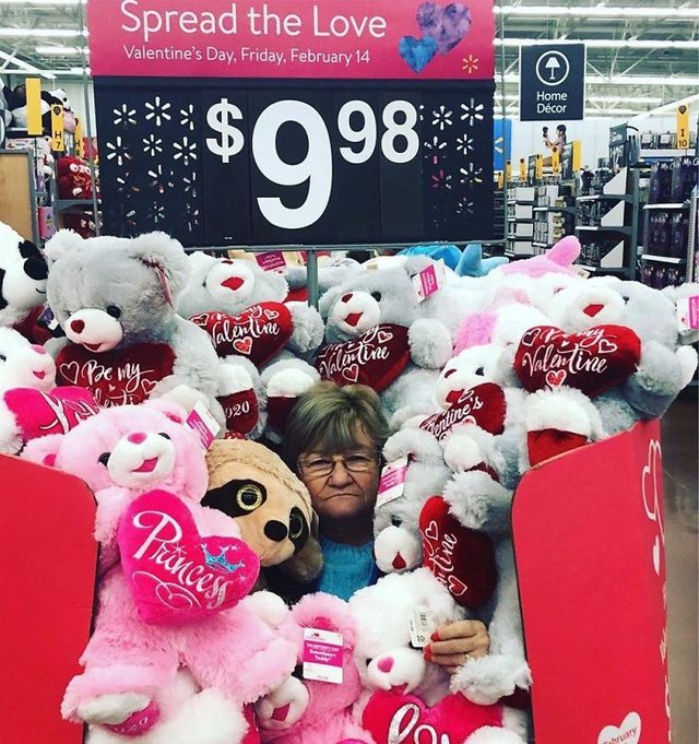 Співробітниця Walmart показала, як фотографуватися з товаром, аби його купили - фото 387584