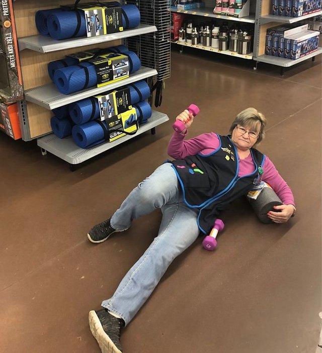 Співробітниця Walmart показала, як фотографуватися з товаром, аби його купили - фото 387586