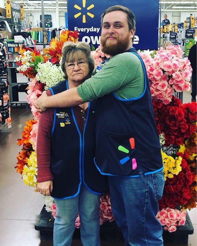 Співробітниця Walmart показала, як фотографуватися з товаром, аби його купили - фото 387587