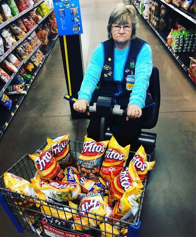 Співробітниця Walmart показала, як фотографуватися з товаром, аби його купили - фото 387589