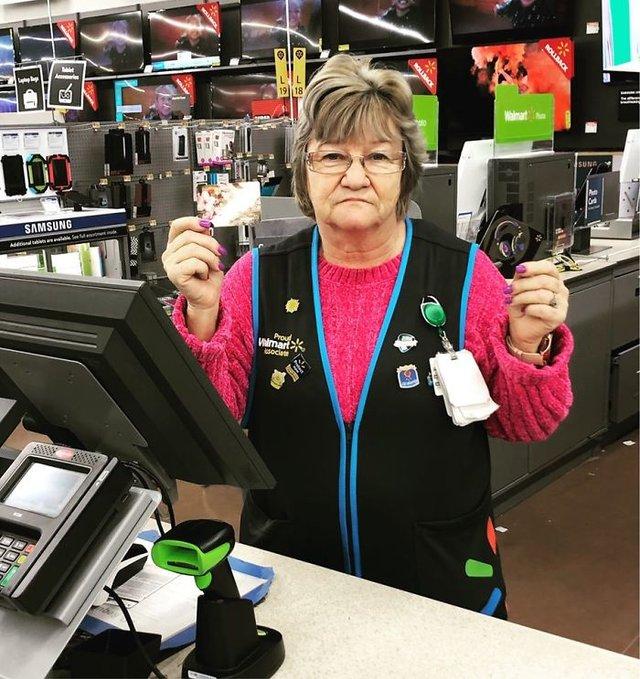 Співробітниця Walmart показала, як фотографуватися з товаром, аби його купили - фото 387591