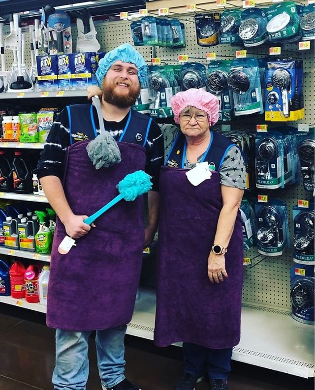 Співробітниця Walmart показала, як фотографуватися з товаром, аби його купили - фото 387592