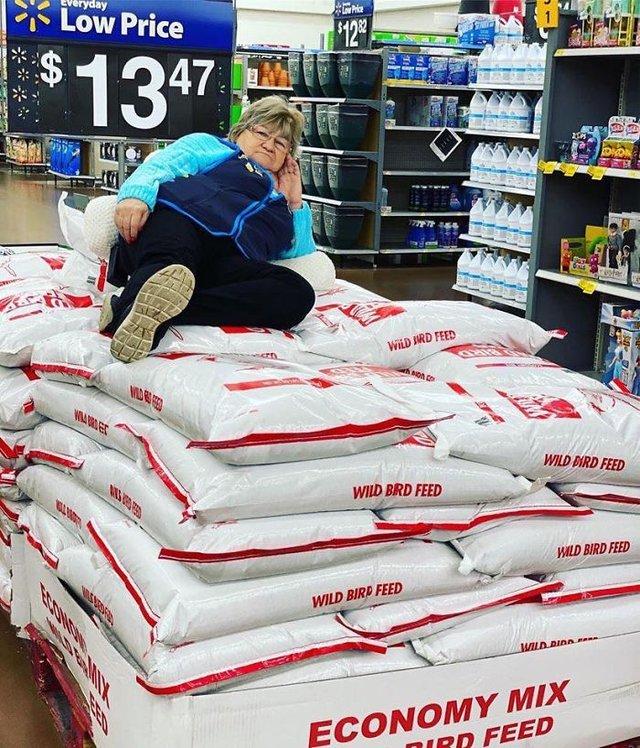 Співробітниця Walmart показала, як фотографуватися з товаром, аби його купили - фото 387593