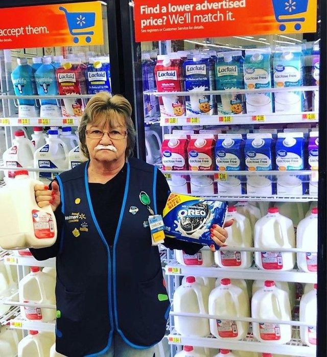 Співробітниця Walmart показала, як фотографуватися з товаром, аби його купили - фото 387594