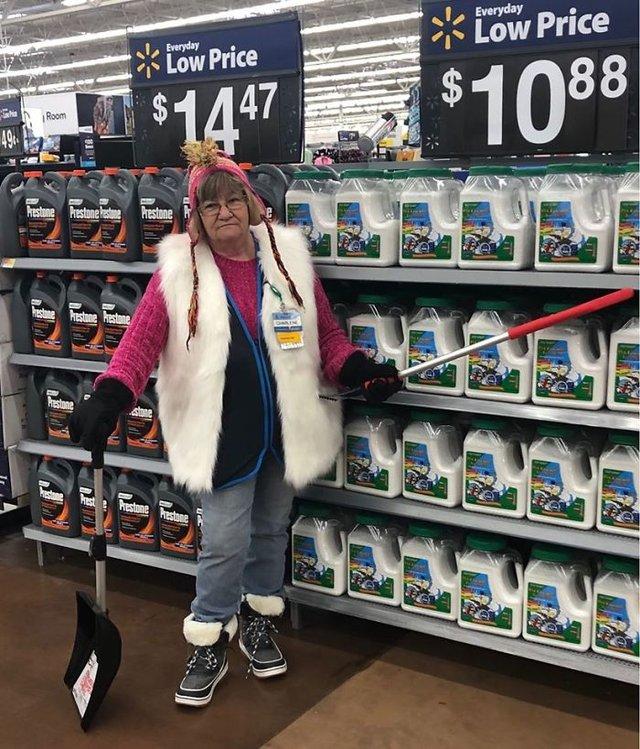 Співробітниця Walmart показала, як фотографуватися з товаром, аби його купили - фото 387595