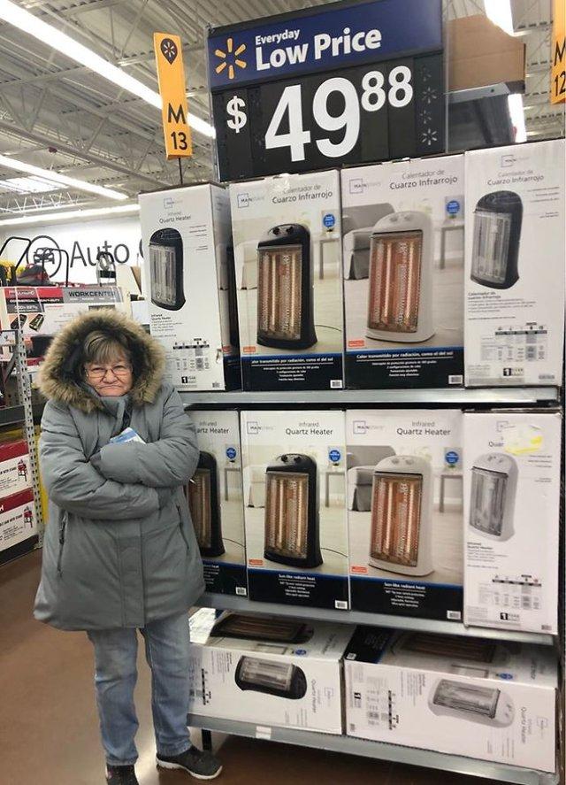 Співробітниця Walmart показала, як фотографуватися з товаром, аби його купили - фото 387598