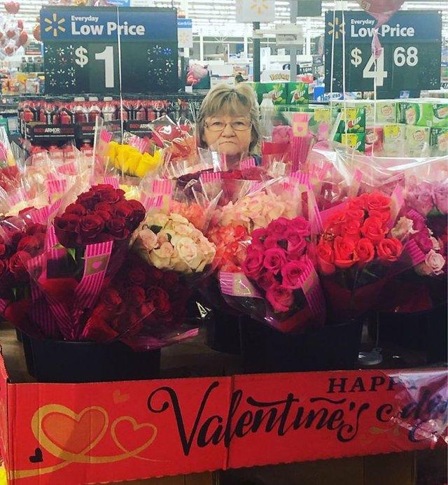 Співробітниця Walmart показала, як фотографуватися з товаром, аби його купили - фото 387599