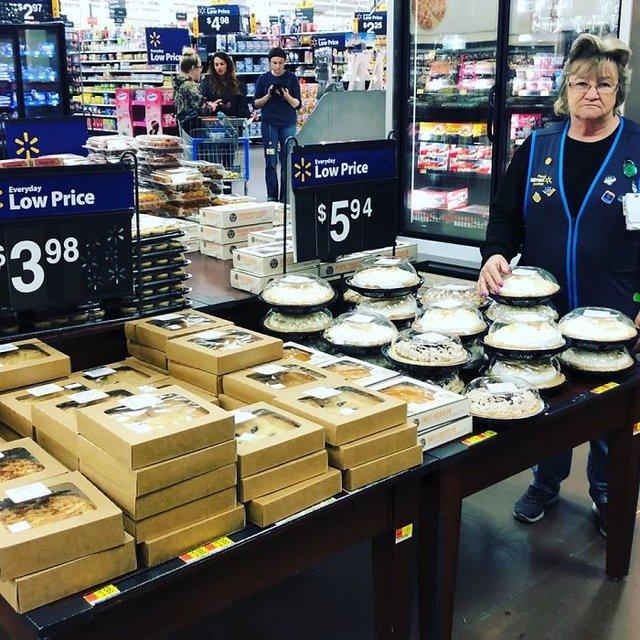 Співробітниця Walmart показала, як фотографуватися з товаром, аби його купили - фото 387600