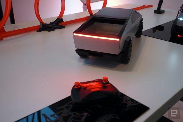 Легендарний Hot Wheels випустив іграшковий Cybertruck на радіокеруванні: фото - фото 387877