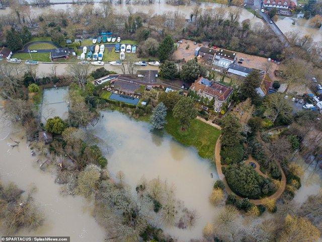 Багатомільйонний особняк Джорджа Клуні затопило: фотопорівняння - фото 387976