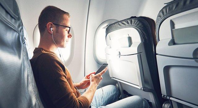 У рідкісних випадках пасажир попереду не опускає спинку крісла - фото 388528