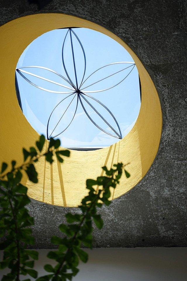 У В'єтнамі звели сучасний дім для любительки ромашок: ефектні фото - фото 390847