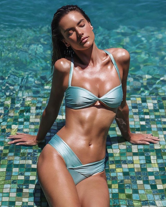 Супермодель Алессандра Амбросіо знялась у відвертому бікіні: гарячі фото - фото 392854