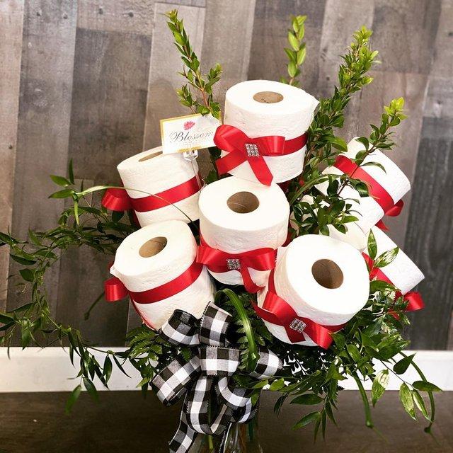 У США флорист робить букети з туалетного паперу: фото - фото 393153