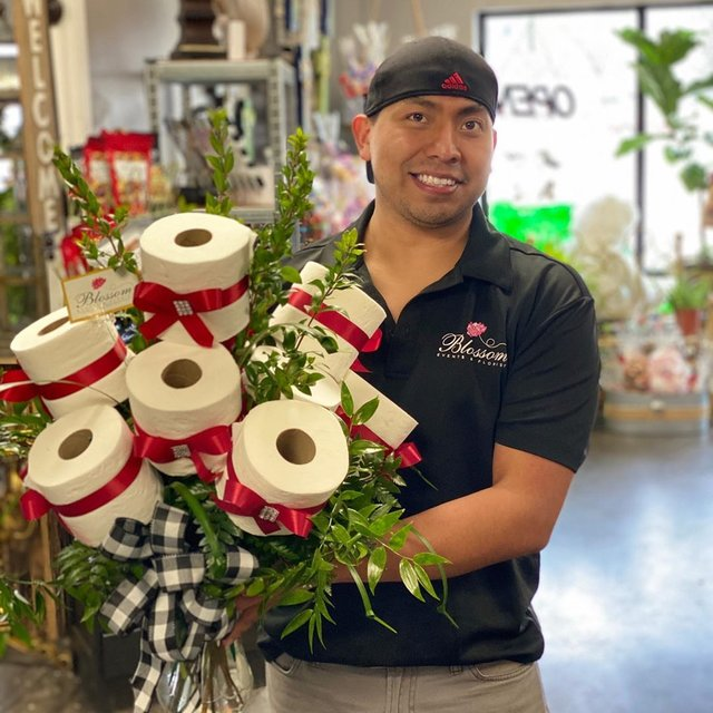 У США флорист робить букети з туалетного паперу: фото - фото 393154