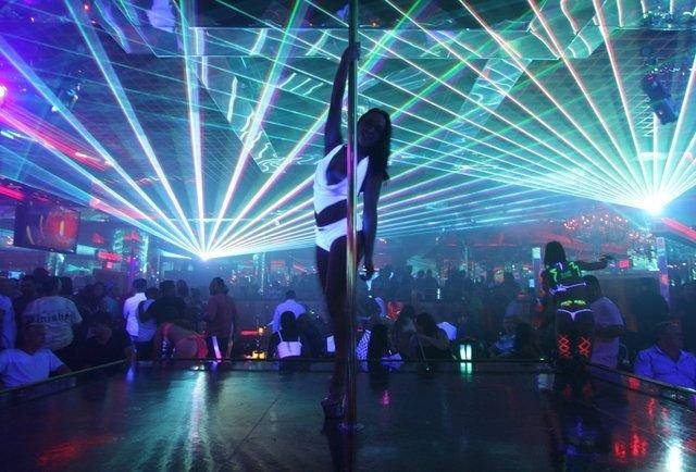 Стриптиз-клуб у Лас-Вегасі дозволить спостерігати за своїми шоу з машини - фото 393458