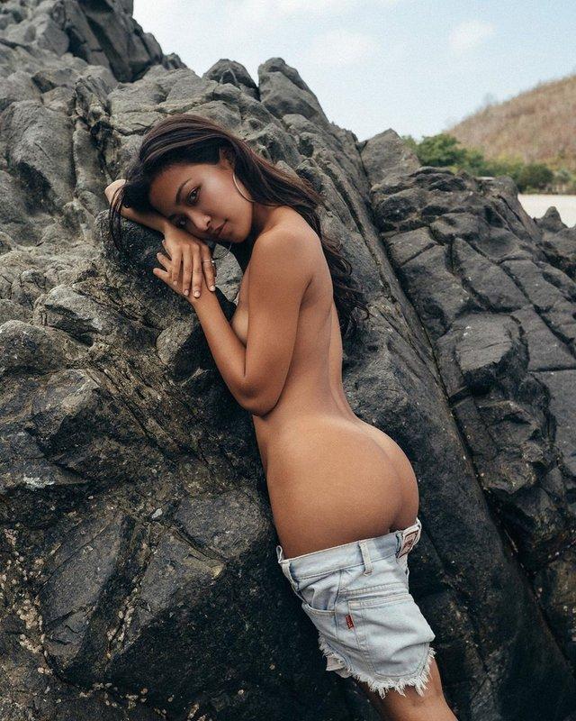Дівчина тижня: екзотична модель без комплексів Ерзабель, яка спокушає голими фото (18+) - фото 393604