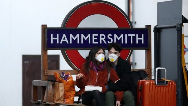 Як виглядає переповнене метро у Лондоні: фоторепортаж - фото 394005