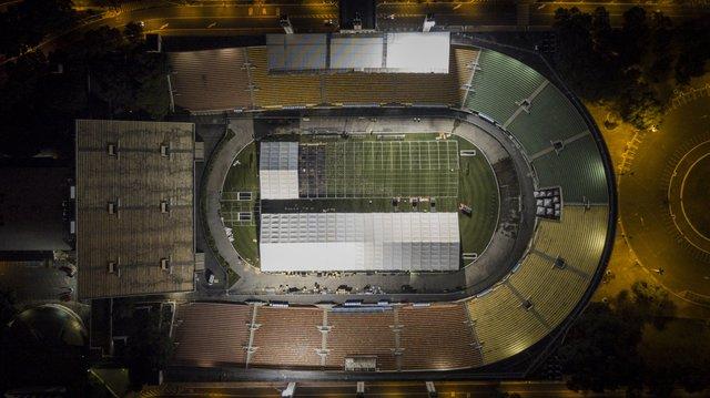 Стадіони перетворюють на польові госпіталі - фото 394327