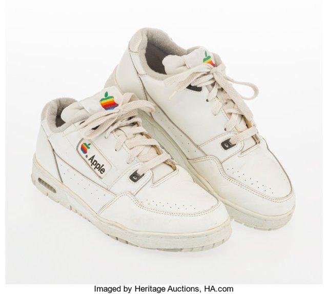 Старі кросівки співробітника Apple продали за чималу суму - фото 394387