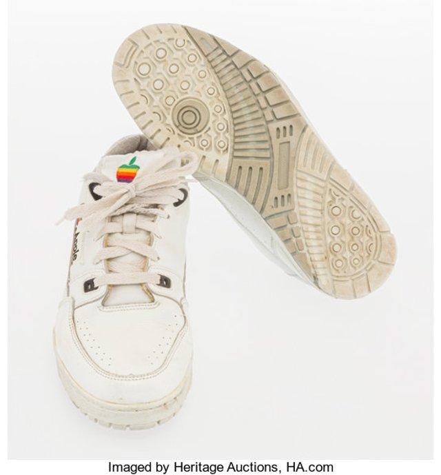 Старі кросівки співробітника Apple продали за чималу суму - фото 394388