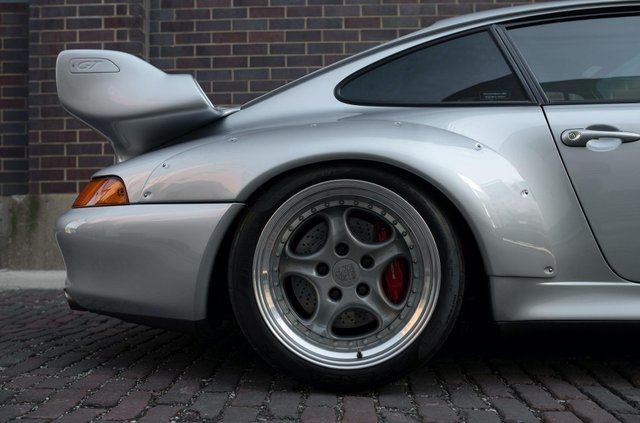 Рідкісний Porsche 911 GT2 виставили на продаж за мільйон доларів - фото 394584