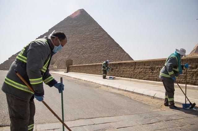 Як дезінфікують головний туристичний об'єкт Єгипту - фото 395288