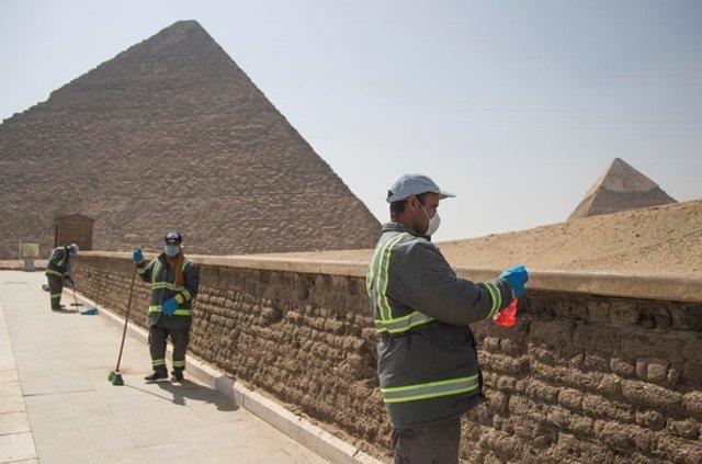 Як дезінфікують головний туристичний об'єкт Єгипту - фото 395290