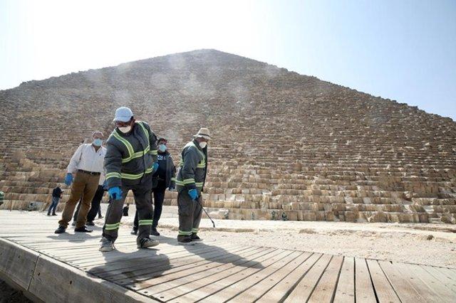 Як дезінфікують головний туристичний об'єкт Єгипту - фото 395291