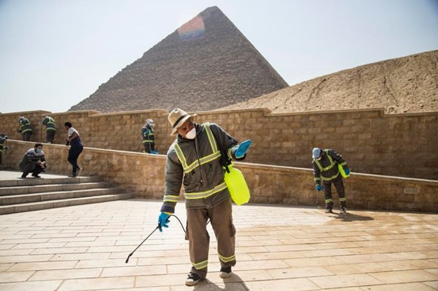 Як дезінфікують головний туристичний об'єкт Єгипту - фото 395292