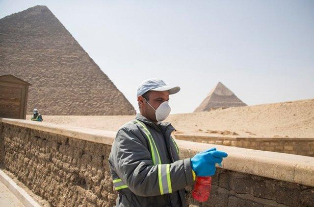 Як дезінфікують головний туристичний об'єкт Єгипту - фото 395293