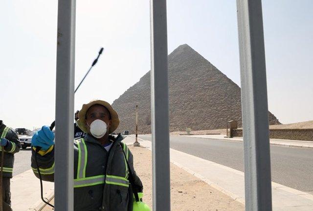 Як дезінфікують головний туристичний об'єкт Єгипту - фото 395294