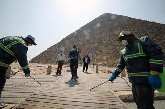 Як дезінфікують головний туристичний об'єкт Єгипту - фото 395295