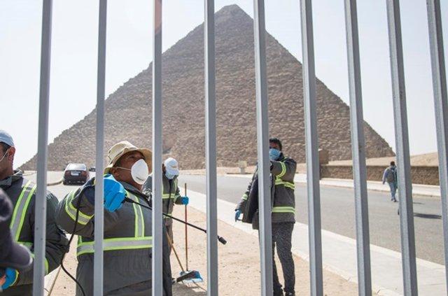 Як дезінфікують головний туристичний об'єкт Єгипту - фото 395296