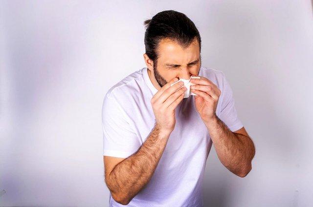 Під час чхання не забудьте прикрити рот серветкою або згином ліктя - фото 395588