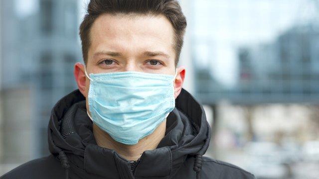 Медичну маску слід носити у громадських місцях - фото 396157